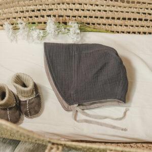 Bonnet – Haube aus Musselin – elefantengrau