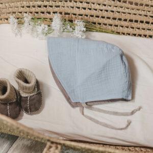 Bonnet – Haube aus Musselin – himmelblau