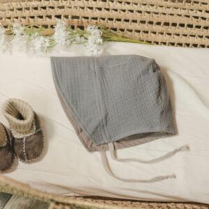 Bonnet – Haube aus Musselin – mausegrau