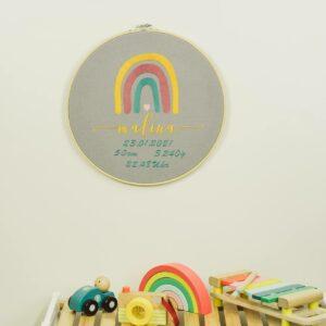 bestickter Rahmen – Baby – Regenbogen